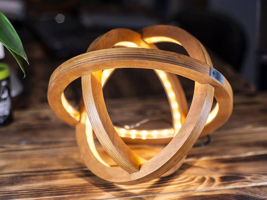 原子の形をイメージしてデザインされた木製LEDライト:Atom