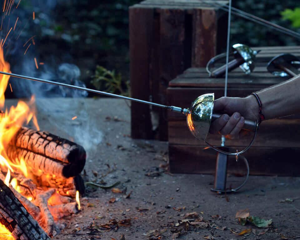 キャンプファイアで使える武器の形をしたマシュマロ焼くやつ