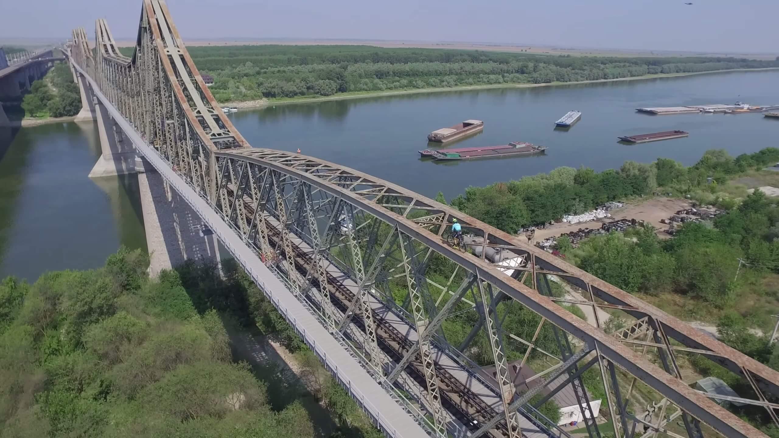 フリースタイルロードバイカー、ルーマニアの巨大な橋を「登る」も途中で…