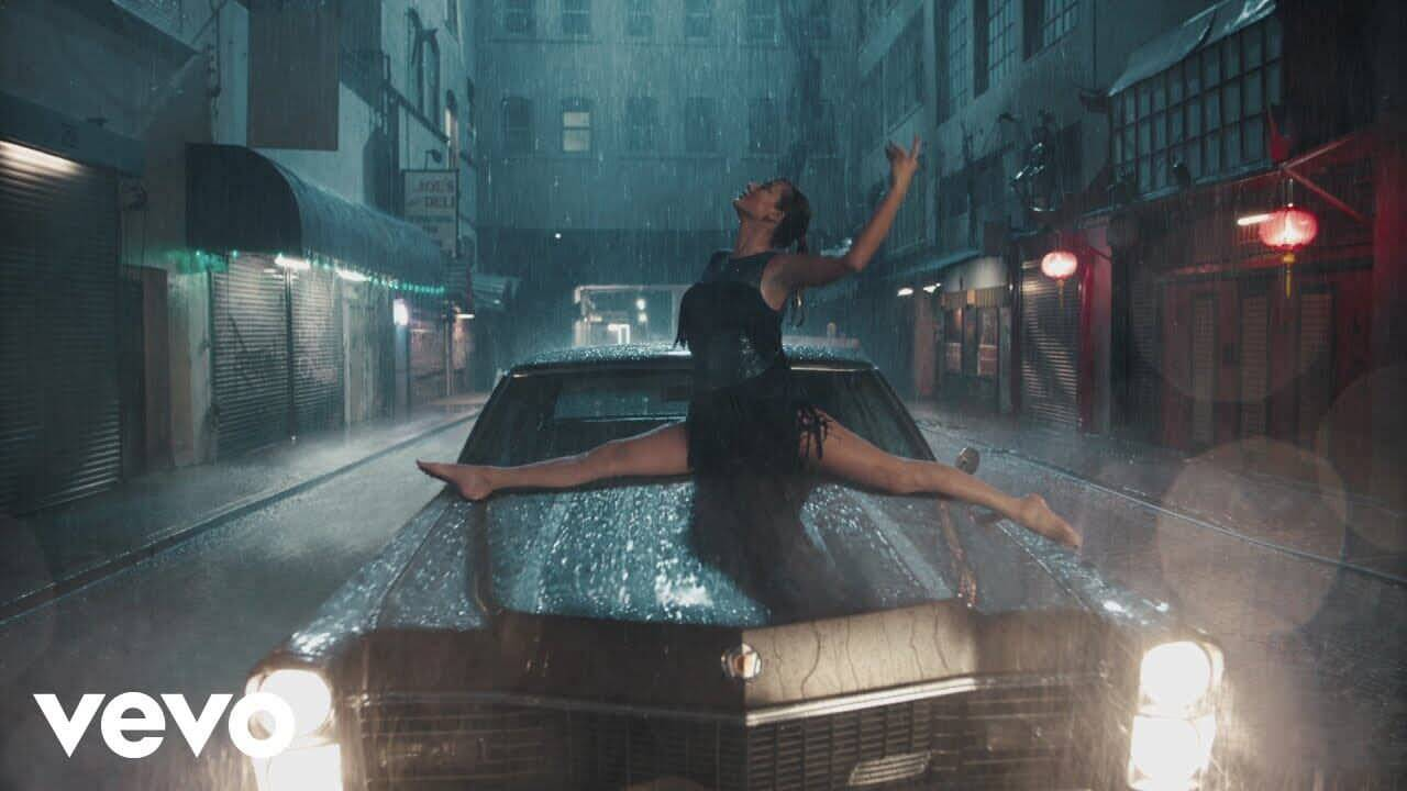 """テイラー・スウィフトの""""Delicate""""のミュージックビデオで自由に踊る"""