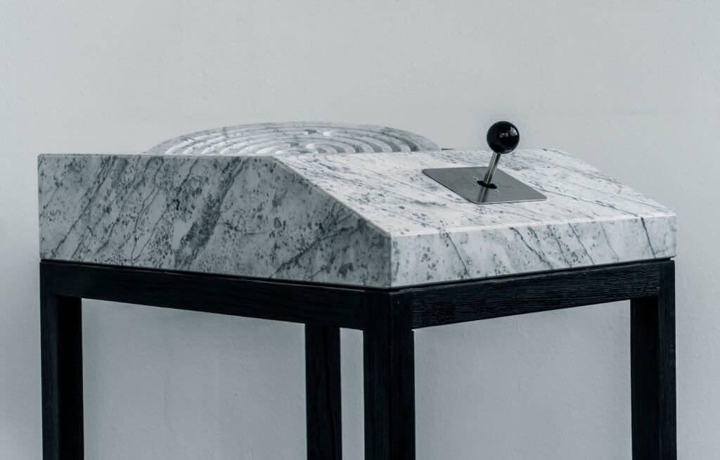 大理石が使われたとても贅沢なアナログ迷路:A MAZE