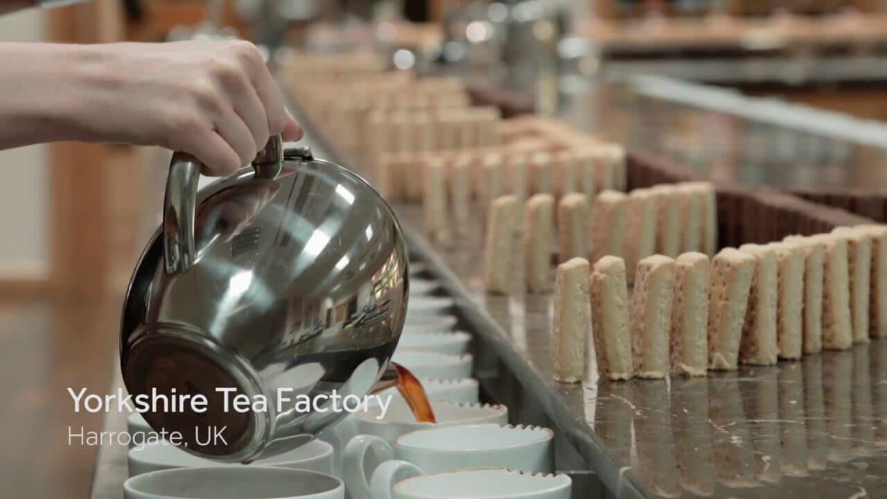 イギリスの紅茶会社、なぜか5000枚のビスケットを使ったドミノを作ってしまう